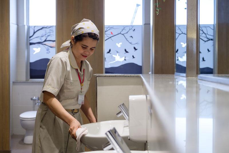 Cho thuê dịch vụ vệ sinh văn phòng tại HCM và Hà Nội đạt chuẩn quốc tế.