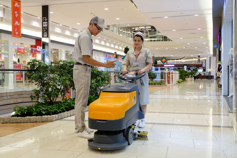 Dịch vụ vệ sinh công nghiệp tại TPHCM sử dụng công nghệ hiện đại.